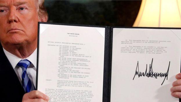 Com feição fechada, Trump mostra documento assinado em que expõe sua intenção de se retirar de acordo nuclear