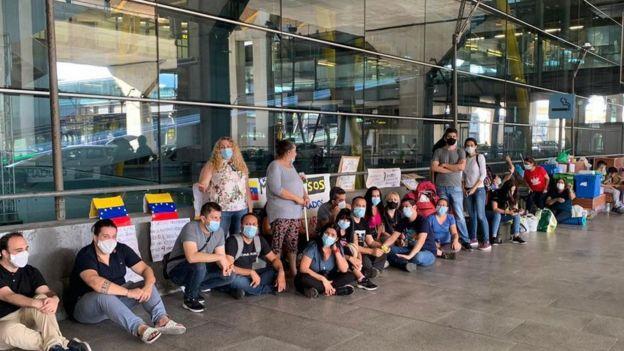 Venezolanos en las inmediaciones del aeropuerto Adolfo Suárez Madrid-Barajas.