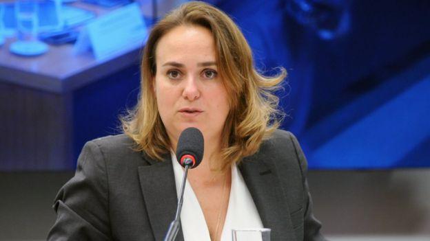 Eloísa fala no microfone em audiência na Câmara