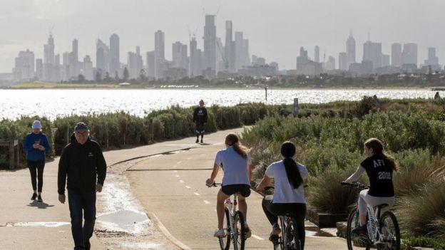 Personas paseando en Melbourne en mayo.