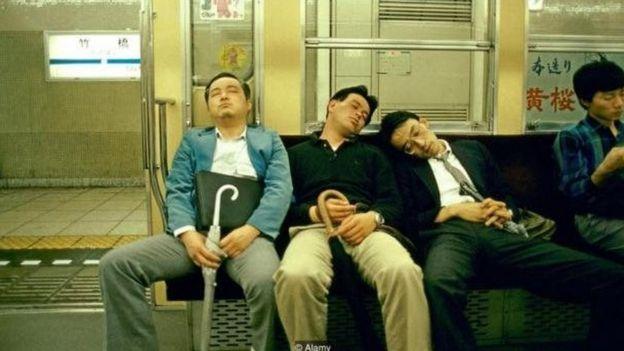 Homens dormindo no metrô