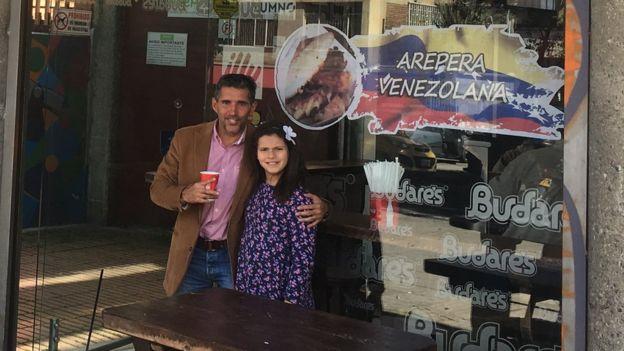 Rogelio Yerena frente a su negocio de arepas venezolanas (Foto: Boris Miranda)