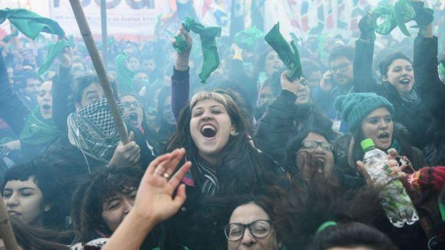 Manifestantes a favor de la despenalización en la Plaza de los Congresos, Buenos Aires