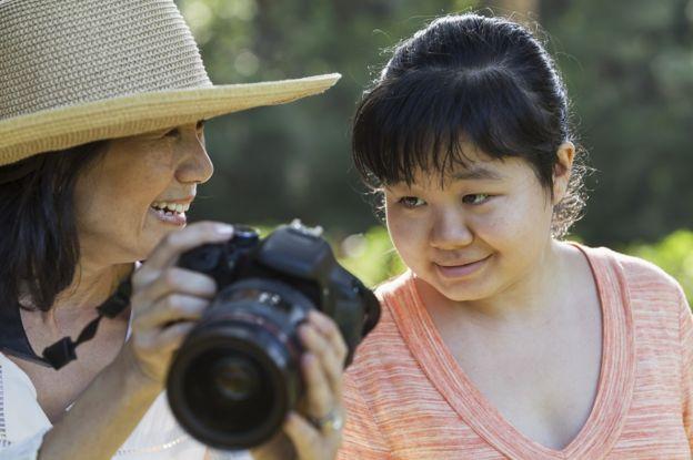 otizmli kadına fotoğraf gösteren anne
