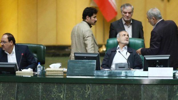 در ابتدای جلسه علی لاریجانی ریاست مجلس را بر عهده داشت اما پس از خروج او، مسعود پزشکیان نائب رئیس، اداره مجلس را به دست گرفت