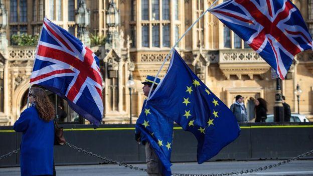 Dos personas cargando banderas