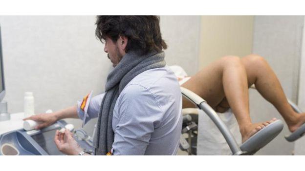 Le test de virginité est principalement effectué par des médecins, des officiers de police ou des leaders communautaires