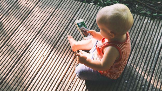 Niño con celular.