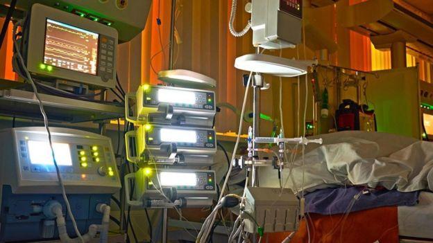 Cama e máquinas hospitalares