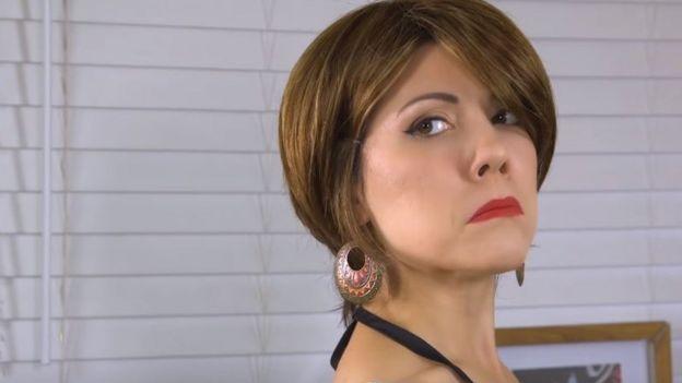 Imagen de la actriz Jenny Lorenzo interpretando al personaje de Maruchi la peluquera. Cortesía de Jenny Lorenzo.