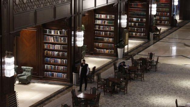 """کتابخانه """"جندیشاپور"""" بخشی از مجتمع نیمهکاره """"ایران مال"""" است که مدیران این مرکز خرید به آن لقب کتابخانه لوکس دادهاند"""