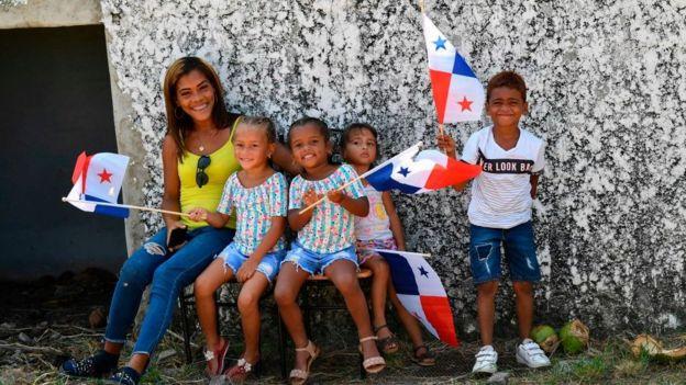 Niños con banderas de Panama.