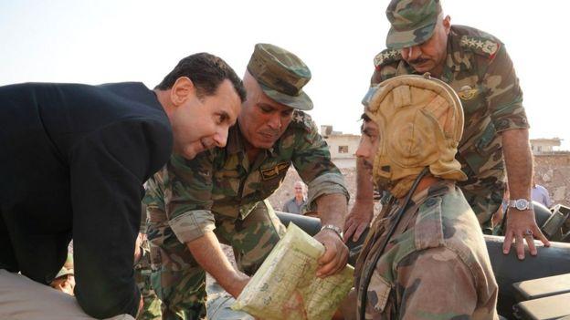 Beşar Esad, İdlib'de görev yapan Suriye ordusu birliklerini denetledi.