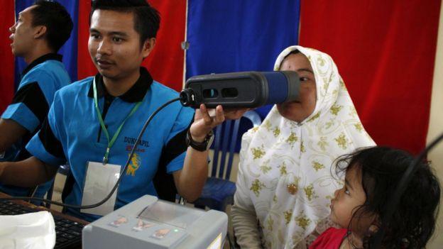 Petugas melakukan pemindaian mata saat perekaman Elektronik Kartu Tanda Penduduk (e-KTP) di Gedung Hall A Komplek PKOR Way Halim Bandar Lampung, Lampung, Kamis (3/5).