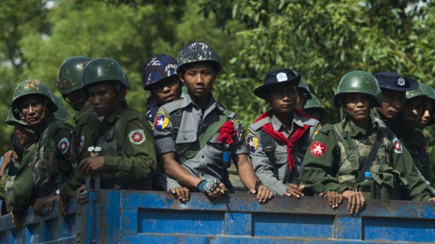 Policías y militares birmanos en camiones llegan a una aldea de la minoría rohingya