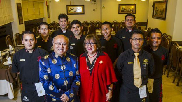 El cocinero peruano Luis Yong, su esposa y el equipo de su restaurante.