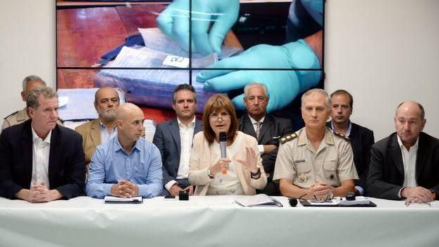 Міністр безпеки Аргентини (в центрі) розповідаю про результати річної операції
