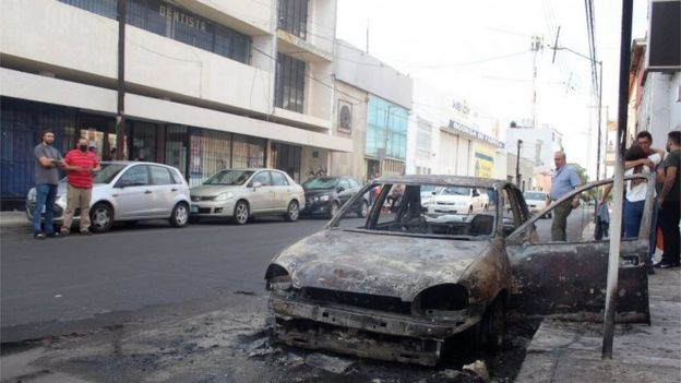 Vue d'une rue après que des membres présumés de gangs criminels aient mis le feu à des véhicules et bloqué des routes dans la ville de Celaya, dans l'État de Guanajuato, au Mexique, le 20 juin 2020.