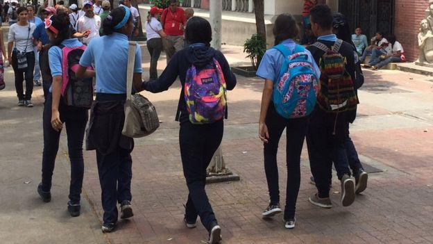 Niños saliendo del liceo.
