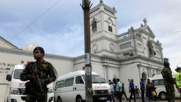Церква і поліцейський зі зброєю