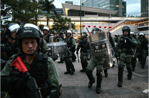 防爆警察在东涌部署