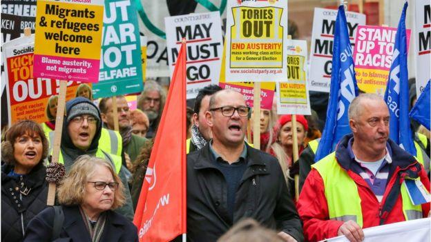 Manifestantes en Londres marchan exigen el fin a las medidas de austeridad aplicadas desde hace casi una década.