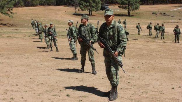 El ejército patrulla campos de Sinaloa por plantaciones de heroína.
