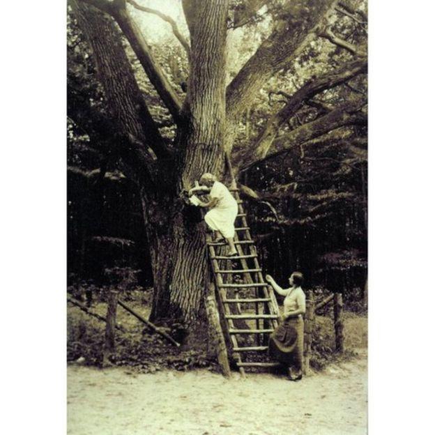 Mulheres sobem a escada para ler as cartas de amor na década de 1930