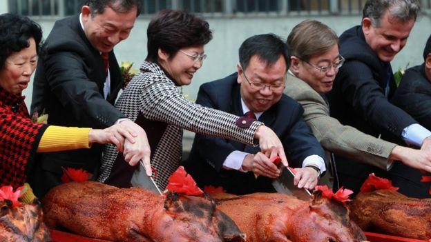 Chineses comem leitão em uma celebração
