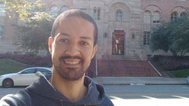 Jean Ribeiro faz selfie em frente a prédio histórico
