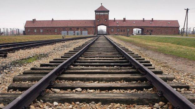 La líneas de un ferrocarril conducen a la entrada del campo de concentración de Auschwitz II -Birkenau.