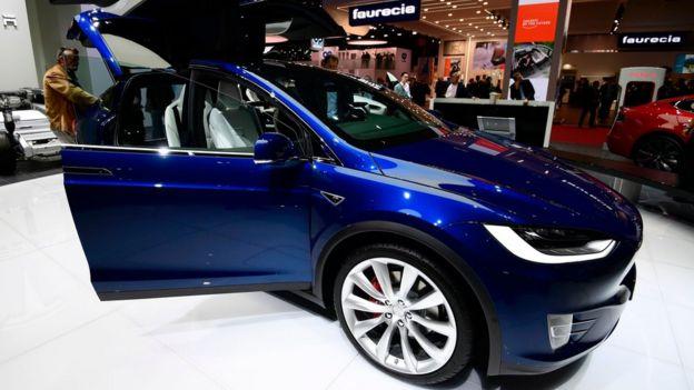 Auto azul de Tesla