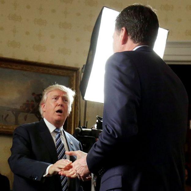 Donald Trump dándole la mano a James Comey.