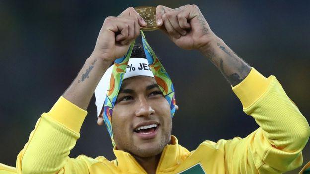 Neymar celebra el título olímpico de Río 2016.