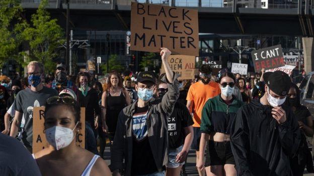 """На мирные демонстрации протестующие выходят с плакатами """"Жизнь чернокожих имеет значение"""""""