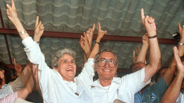 Violeta Chamorro celebrando su victoria electoral en Nicaragua.