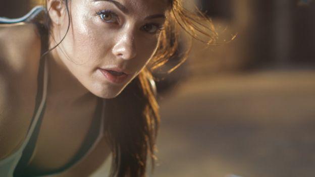 Uma mulher suada durante exercício