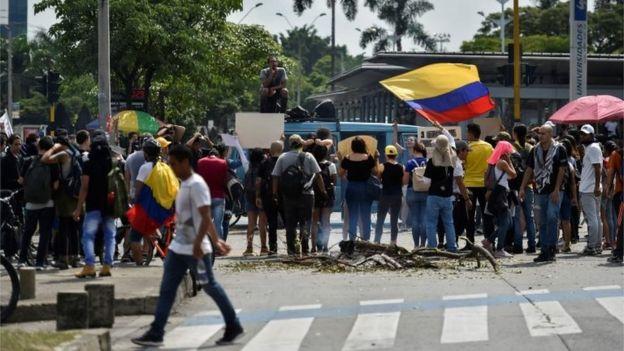 Estudiantes se manifiestan durante una protesta contra el gobierno del presidente colombiano Iván Duque en Cali, Colombia, el 4 de diciembre de 2019