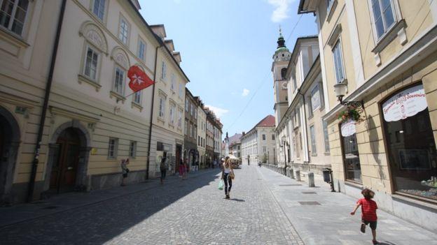 Centro de Ljubljana, capital da Eslovênia; o país é um dos mais seguros do mundo