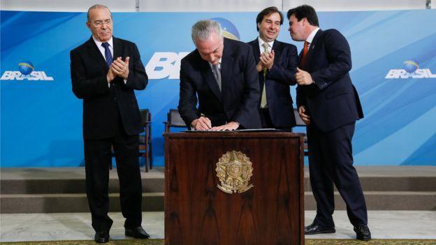 Presidente assina documento ao lado de ministros e aliados