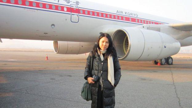 📷 Suki Kim no dia que partiu rumo a Pyongyang em um voo da empresa norte-coreana Air Koryo em 2011 | Suki Kim