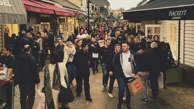 Люди на улице с магазинами