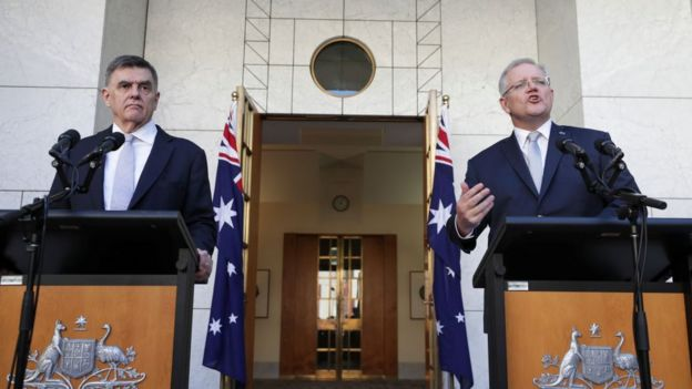 总理莫里森体育彩票公开发表重要声明时,莫菲博士每次都站在身边