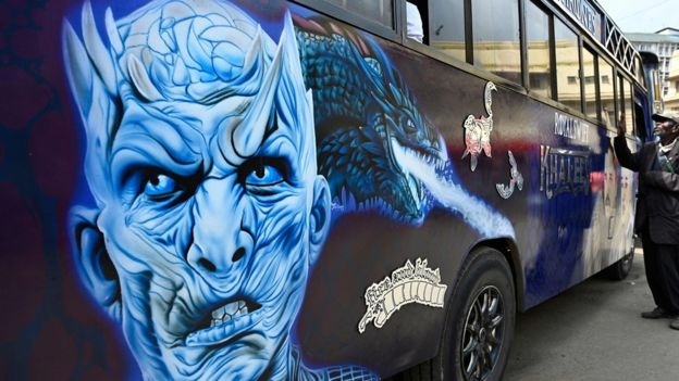 Ônibus com grafite do Rei da Noite