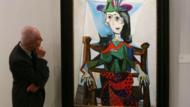 "Un hombre ve el cuadro de Picasso ""Dora Maar au Chat""."
