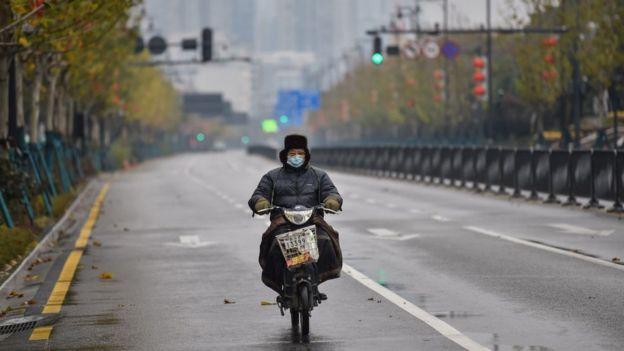 Hombre en motocicleta