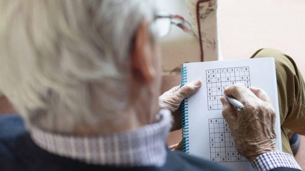 Anciano jugando sudoku.