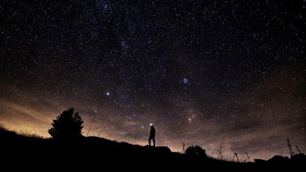 Un hombre viendo al cielo