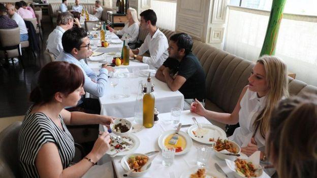إماراتيون وأجانب يتناولون الطعام في أحد مطاعم دبي في 30 أغسطس/آب 2018