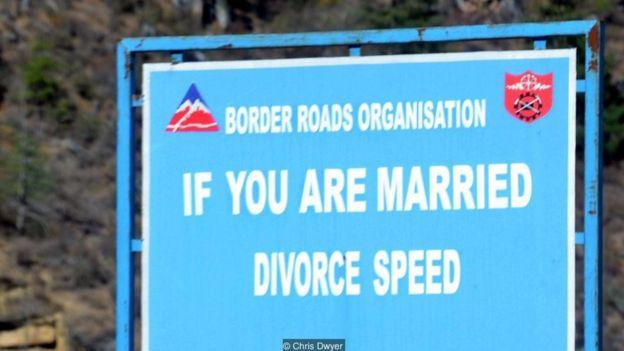 Những biển báo hài hước ở Bhutan _95589797_3b7ace58-05d7-4e21-82b8-080a6f16313b
